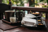 Colazione leggera con tè e marmellata fatta in casa sul tavolo di legno — Foto Stock