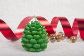 Świąteczne dekoracje świecy, wstążki i szklane koraliki — Zdjęcie stockowe