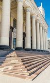 Pijlers in blauwe hemel, trein station, kharkov, Oekraïne — Stockfoto