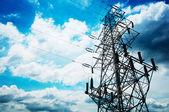 Hoog-voltage toren hemelachtergrond — Stockfoto