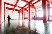 Arkitektoniska inomhus och besökare — Stockfoto