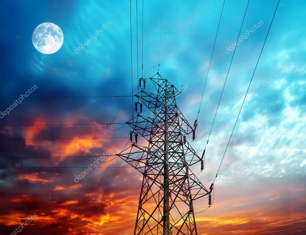 输电线路杆塔夜间背景上