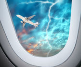 View through an airplane window,Aircraft flying in the night sky of lightning — Foto de Stock