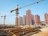 Cantiere con gru e la costruzione — Foto Stock