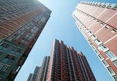 Patrząc na wieżowce w wielkim mieście — Zdjęcie stockowe