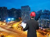Arquiteto procurando comparando projeto habitacional — Foto Stock