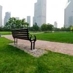 Xangai no distrito financeiro de lujiazui, bancos de parque — Foto Stock