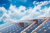 Pannelli solari con cielo blu — Foto Stock