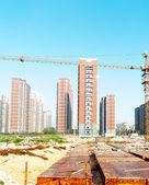 Bâtiment en construction avec les travailleurs — Photo
