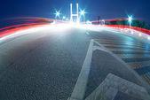 Sentiers de lumière de voitures sur le pont modern — Photo