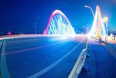 Carros trilhas leves na ponte moderna — Foto Stock