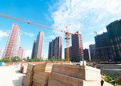 Meerdere kranen werken op grote bouwplaats — Stockfoto