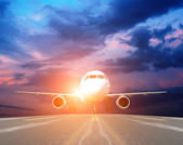 Airplane at takeoff seen from the bottom in the airport landing — Stock Photo