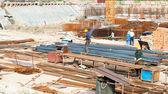 здание под строительство с работниками — Стоковое фото