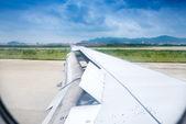Vingen är flyttar upp när flygplan landar till landningsbanan — Stockfoto