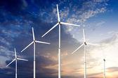 концепция зеленый возобновляемых источников энергии - ветер генератор турбины в небе — Стоковое фото