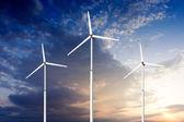 Yeşil yenilenebilir enerji kavramı - rüzgar jeneratörü türbinleri gök — Stok fotoğraf