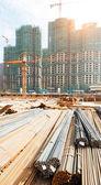 Edificio en construcción con los trabajadores — Foto de Stock