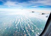 Flygplan i höjd under flygning — Stockfoto