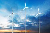 緑の再生可能エネルギーの概念 - 空の風力発電機 — ストック写真