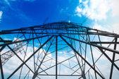 高圧鉄塔の空の背景 — ストック写真