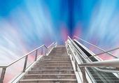 Gökyüzüne yürüyen merdiven — Stok fotoğraf