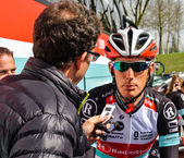 The cyclist Andy Schleck talking with a journalist — Stock Photo