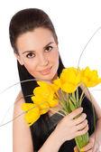 Ragazza con tulipani gialli — Foto Stock