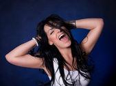 Chica fasion emocional con el pelo largo — Foto de Stock