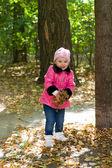 Małe słodkie dziewczyny z gołębiami w parku jesień. — Zdjęcie stockowe