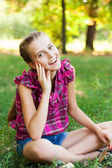 Cute teenage girl in the green garden — Stock fotografie