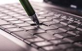 Klavyede kalem — Stok fotoğraf