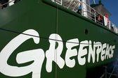Logotipo do greenpeace em seu navio, o rainbow warrior iii — Fotografia Stock