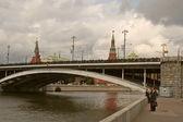 Moskauer kreml und moskwa in wolkigen tag — Stockfoto