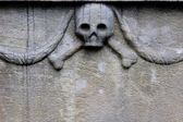 Stone sculpture of the skull with crossbones — Stock Photo