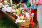 Cesta de páscoa tradicional com comida — Fotografia Stock