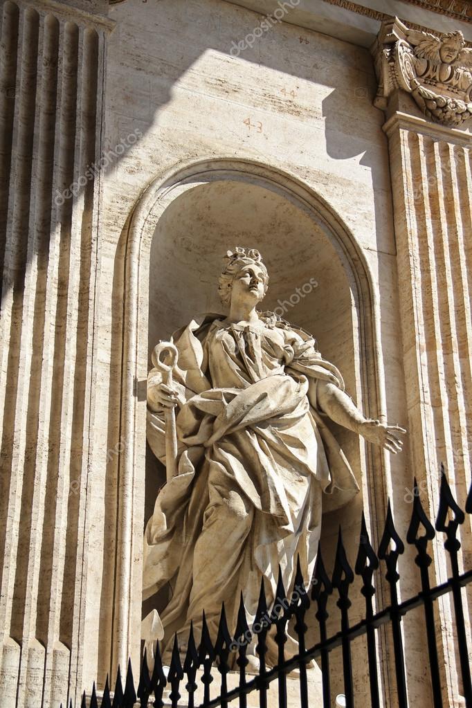 statue de marbre dans la basilique saint pierre l