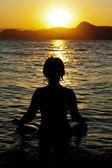 Giovane donna sta praticando yoga — Foto Stock