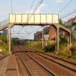 puente peatonal sobre el ferrocarril — Foto de Stock