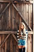 Schöne blonde frau posiert — Stockfoto