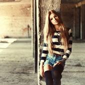 Porträtt av ung ganska söt blond flicka — Stockfoto