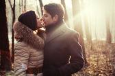 对年轻夫妇在爱的感官室外肖像 — 图库照片
