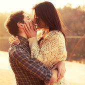 Couple in love kissing on the beach — Foto Stock