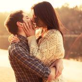 Paar verliefd zoenen op het strand — Stockfoto