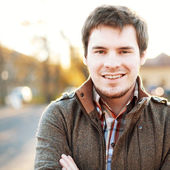 Pohledný muž venku portrét. — Stock fotografie