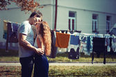 Couple s'embrassant dans la rue — Photo