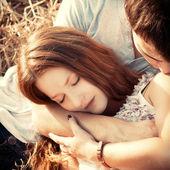 молодой мальчик и хиль, лежа в сено. — Стоковое фото
