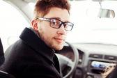 Homme au volant d'une voiture — Photo