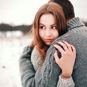счастливая молодая пара в зимнем парке — Стоковое фото