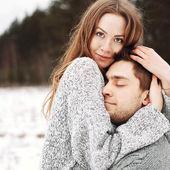 快乐对年轻夫妇在冬季公园 — 图库照片